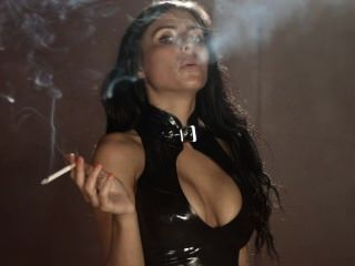 Rauchen sophie trägt sexy engen Latex-Leggings und Top