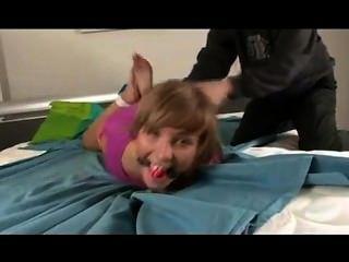 hogtied niedliche Mädchen kitzeln