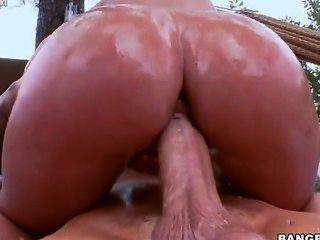 jada stevens pflanzt ihren Arsch auf seinen Schwanz und prallt geölt