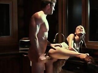 amy fängt einen nackten Buck in der Küche und lädt ihn in ihr Arschloch
