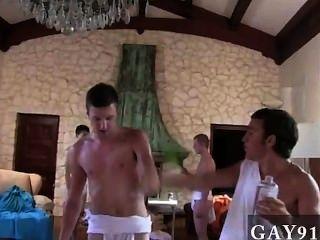 nackt Jungs die capa Leute für ihre Toga Soiree prepping, indem