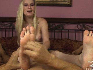amanda zuckt, während Sie kitzeln ihre Füße