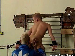 Homosexuell Film von angekettet an das Geländer, jugendliches und schlankes alex tun können