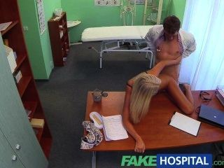 fakehospital Ärzte sexy blonde ovulating Frau kommt in sein Büro