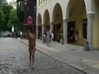 agy mirai, akt dancing queen - urban nackt und barfuß