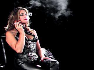 schwül Rauchen Küken in engen Lederhosen und Korsett