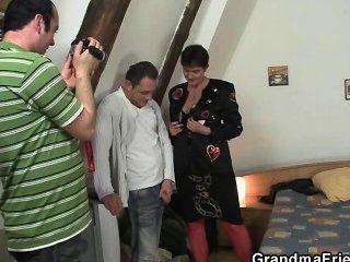 Fotosession mit Oma führt zu Dreier