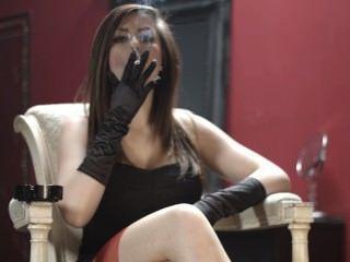 charlotte Rauchen in schwarze Handschuhe und Strümpfe