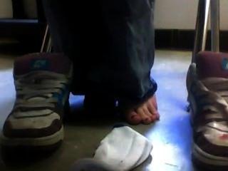 Schuhe und Socken unter dem Schreibtisch in der Schule ab
