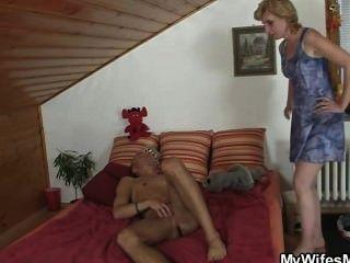 Schwiegermutter bietet ihm ihre alte Pussy