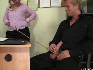 Büro Hündin genießt seinen Stab Reiten