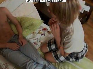 Blondine mit Zöpfen mit ihrem Freund ficken