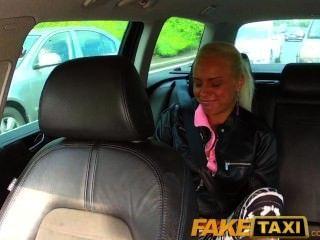 faketaxi echte Amateur Teen fällt Höschen und lässt Taxifahrer sie mit