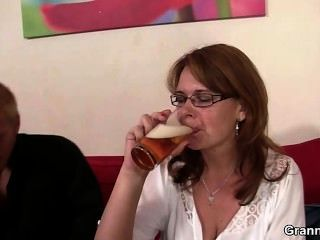 betrunkenen Mama bekommt ihre Fotze gebohrt