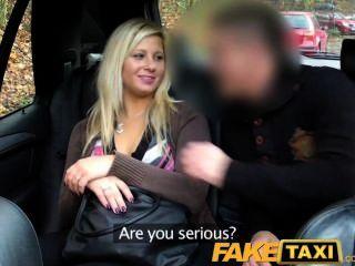faketaxi blonde sprach in Blasen und Ficken auf dem Rücksitz