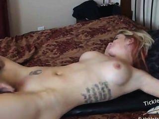 nackt gekitzelt auf dem Bett