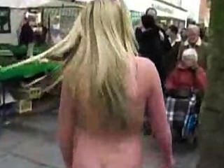 nackt in der Öffentlichkeit, in der Straße tanzen