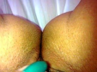Mädchen berühren ihre Muschi