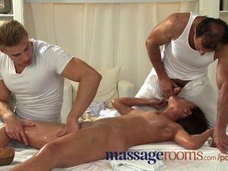 Massageräume junge Teenager nimmt zwei große Schwänze in einer Massage Dreier