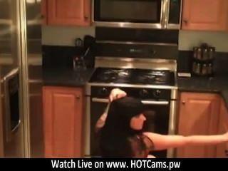 kostenlosen Chat-Brünette emo sexy Striptease in der Küche vor der Webcam www.hotcams.pw