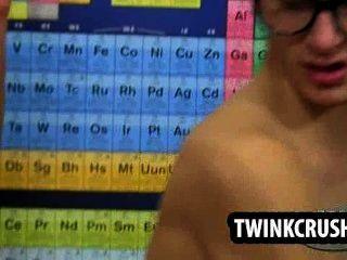 Teen Nerd fickt andere nerdy Twink in seinem engen Arschloch