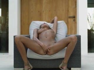 Frau in den Schuhen selbst sich pleasuring