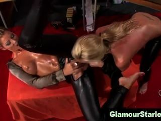 bekleidet lesbische Hotties essen Pussy