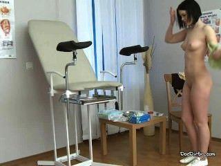 Brünette rita entkleidet und spreizt die Beine für die medizinische Prüfung