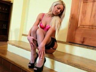 Blondine auf der Treppe ihrer Unterseite zeigt