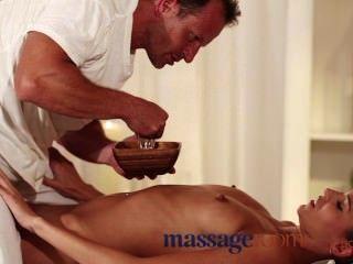 Massageräume sexy Modell bekommt Experte Behandlung und hat tiefe Hardcore Orgasmus
