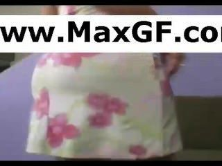 Hausfrau Peeling ihren Badeanzug ab und necken für ihre Webcam
