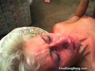 sexy blonde Milf bekommt ihren letzten Gang Bang Teil2