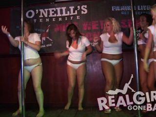 Striptease nackt hinter der Bühne auf der Bühne und ein sehr frech Blowjob sexy girls