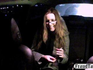 Taxifahrer bietet nerdy Kunde Geld für Sex