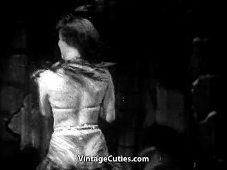 giggly Stripper zeigt ihre Fähigkeiten