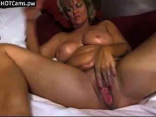 Hot vollbusige Mutter ihre große böse Pussy auf Webcam liebäugelt - hotcams.pw