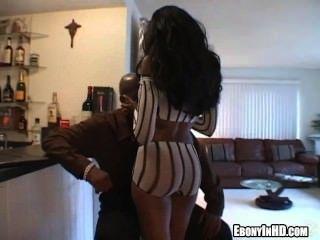 Foxy Ebenholz Babe bekommt nackt und zupft an einem Schwanz