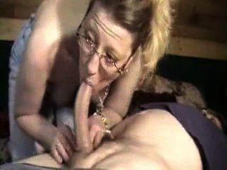wilde Frau den Schwanz ihres Mannes saugen