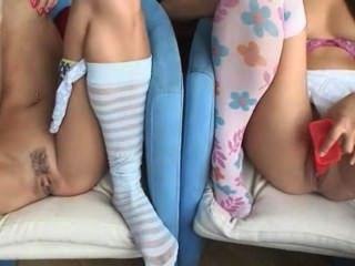 zwei cuties auf der Couch masturbiert
