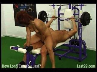 Rothaarige fickt Bodybuilder in der Turnhalle