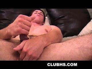 Amateur-Hunk einen Cockring selbst zerren trägt