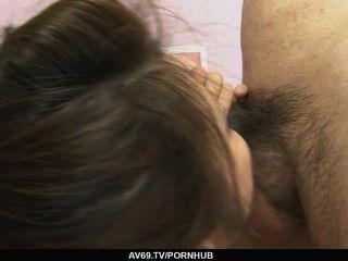 Yurika Gotou in Netzs ihre Beine vor ihrem Freund erweitern