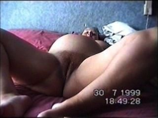 schwangere Hure zeigt Fickloch klaffende