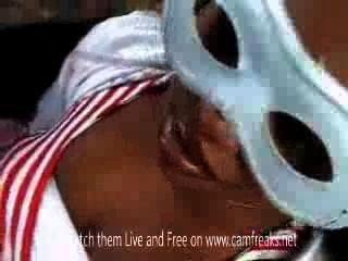 italienische Kerl mit afrikanischen Mädchen im Freien Sex