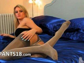 Blondie Babe in Nylons für einen Nocken aufwirft