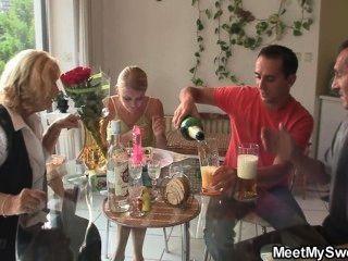 Dreier mit seiner Freundin und Eltern
