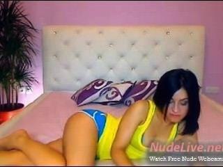 sehr geil und heiße Brünette Teen mit gelben oben auf Webcam