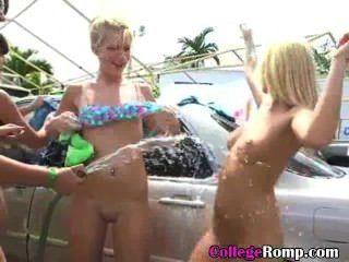 College-Mädchen in Bikinis für einen guten Zweck Autowäsche abgespritzt