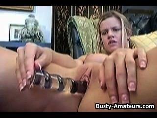 lisa neils ihre Pussy mit ihrem Finger und Dildo masturbiert