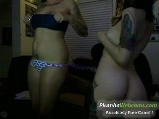 sehr geil und heiß 19yo Teen und Freund necken auf Webcam tattoed
